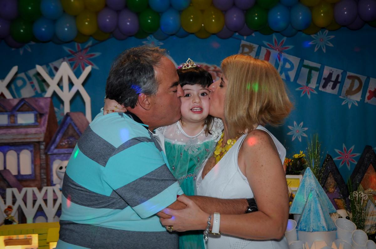 aniversariante ganha beijo dos pais no Buffet Fabrica da Alegria, Osaco, SP aniversario infantil, Natalia 4 anos, tema da festa Frozen