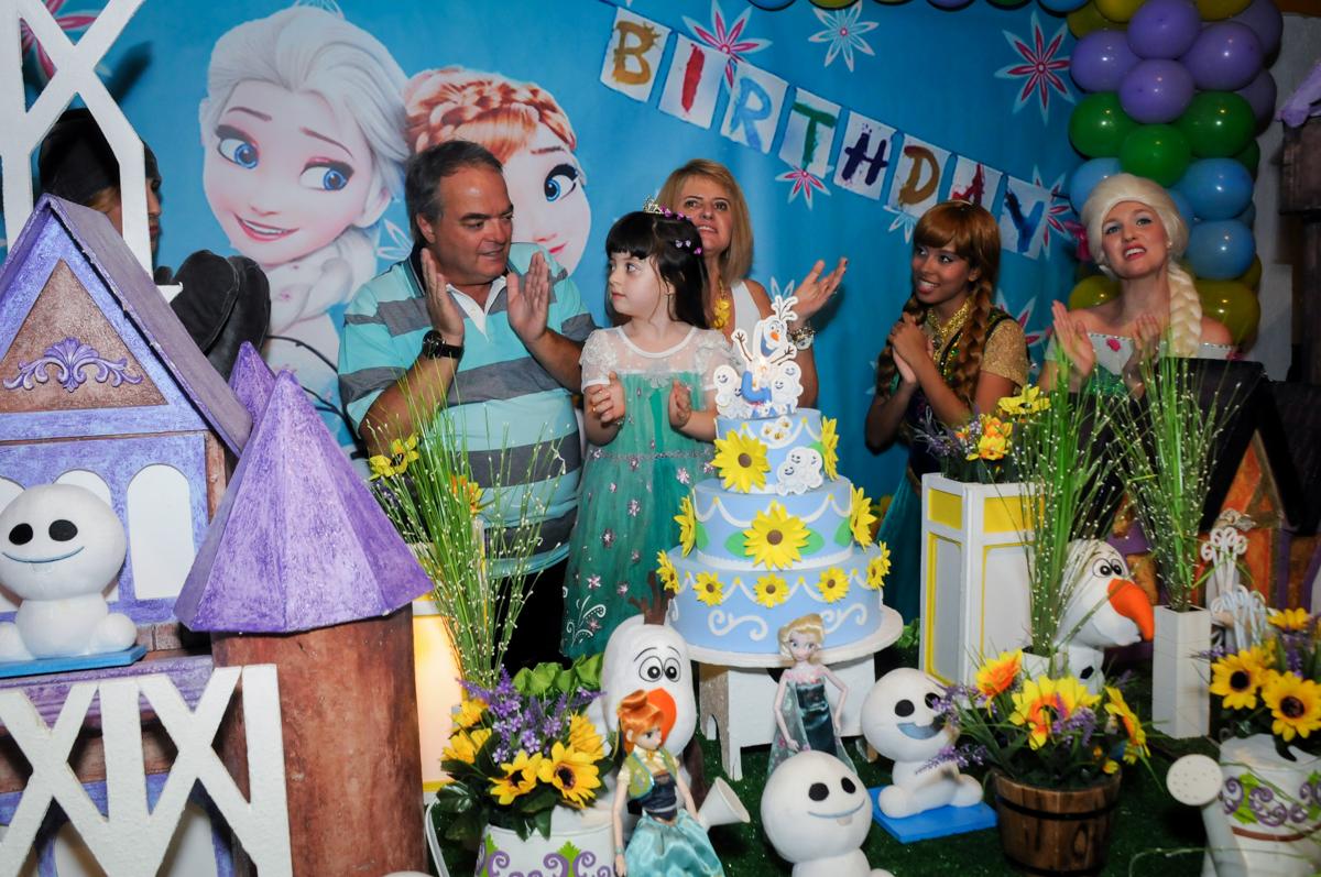 parabens animado no Buffet Fabrica da Alegria, Osaco, SP aniversario infantil, Natalia 4 anos, tema da festa Frozen