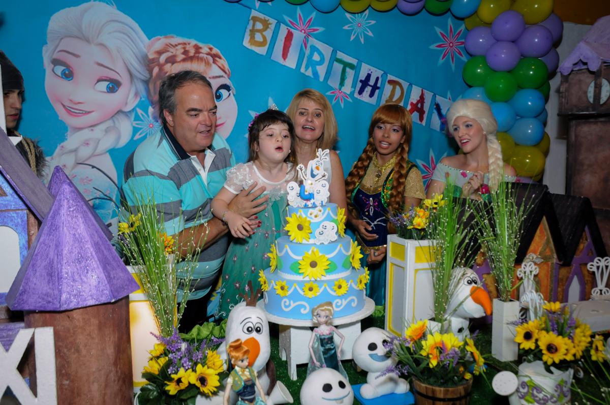 soprando a velinha do bolo no Buffet Fabrica da Alegria, Osaco, SP aniversario infantil, Natalia 4 anos, tema da festa Frozen
