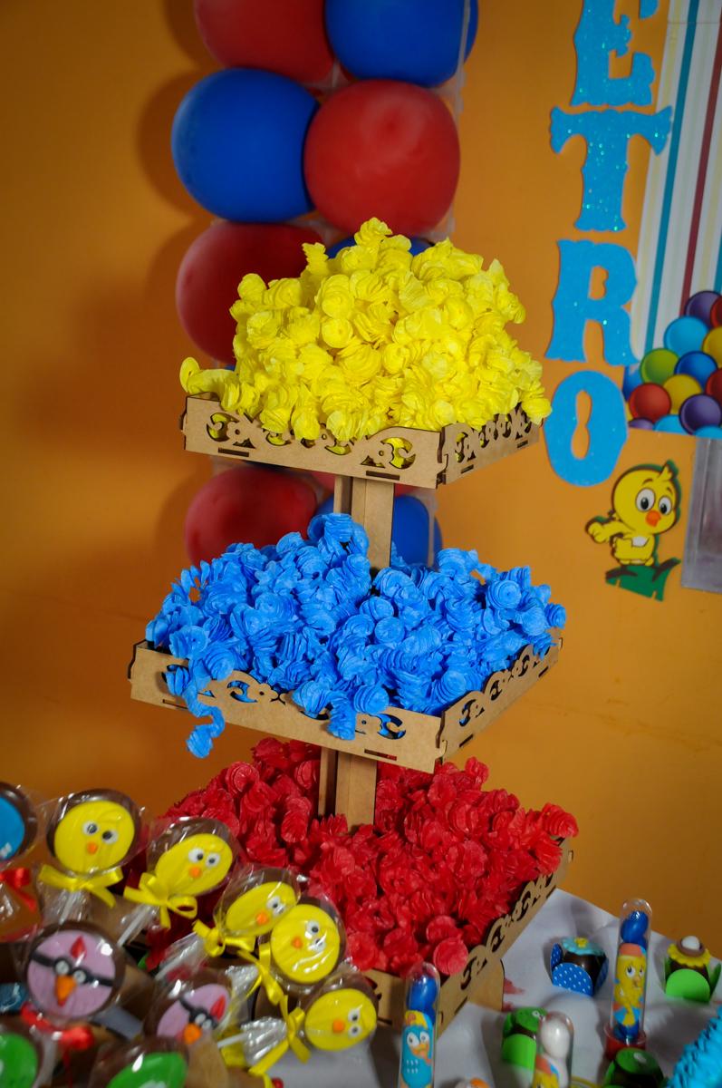 Mesa de doces na Festa Infantil, no condominio Osaco, SP, tema Galinha Pintadinha, Pietro 1 aninho