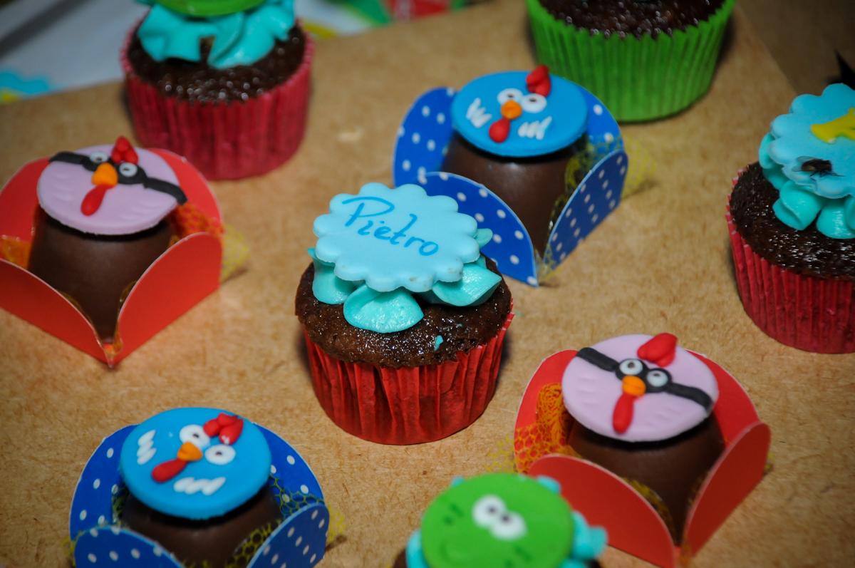 cup cake na Festa Infantil, no condominio Osaco, SP, tema Galinha Pintadinha, Pietro 1 aninho