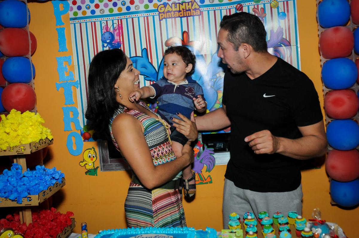fotografia da familia na mesa decorada na Festa Infantil, no condominio Osaco, SP, tema Galinha Pintadinha, Pietro 1 aninho
