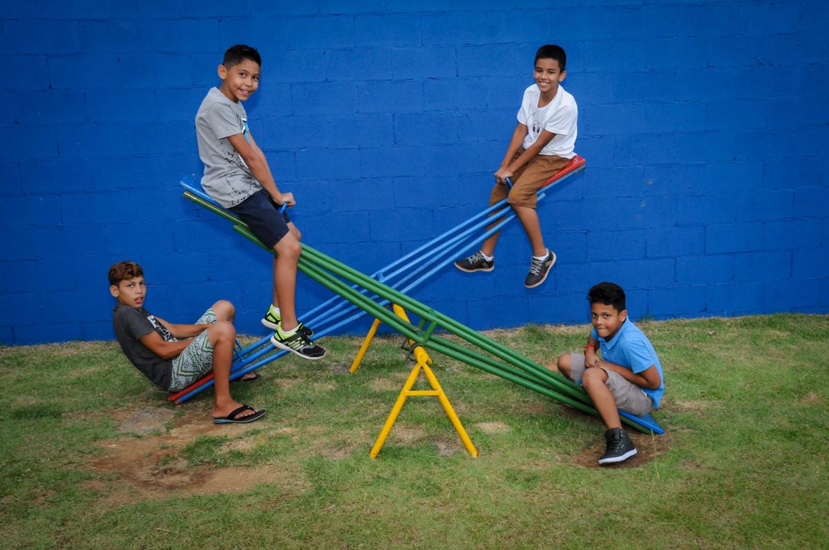 a criancada se diverte no play ground na Festa Infantil, no condominio Osaco, SP, tema Galinha Pintadinha, Pietro 1 aninho