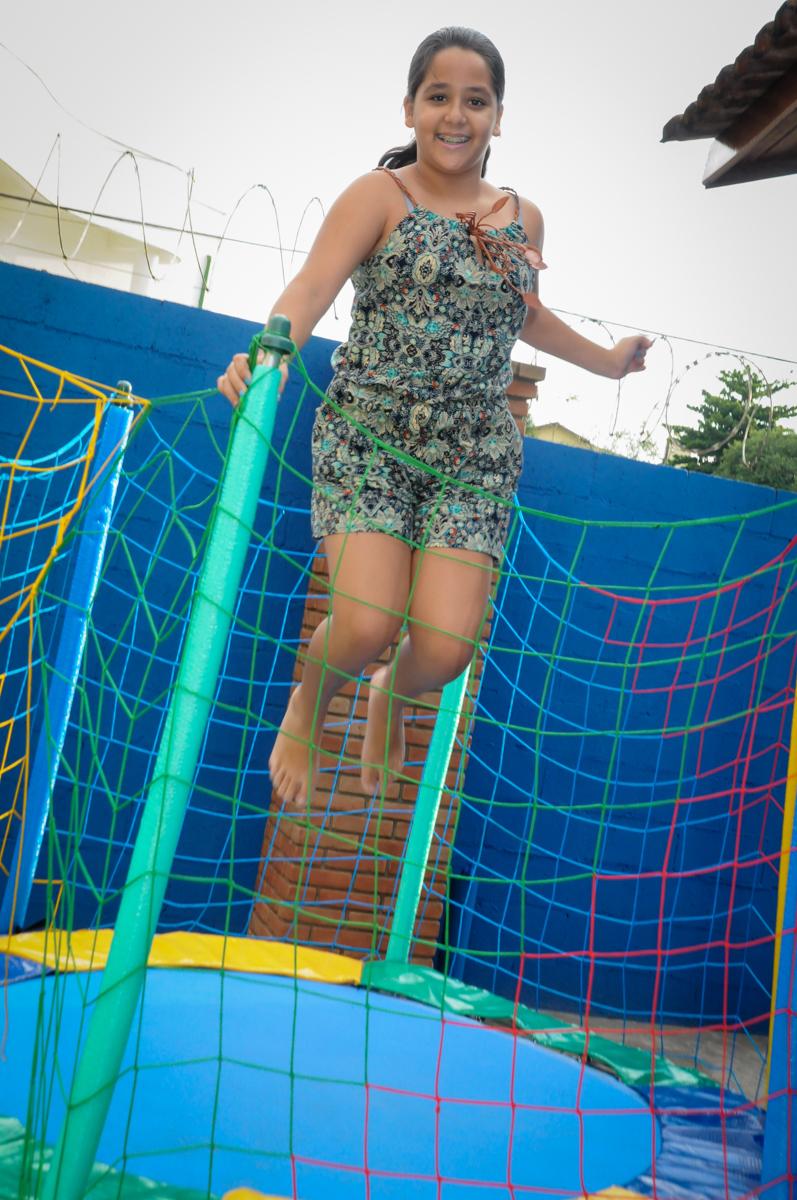 a convidada se diverte na cama elastica na Festa Infantil, no condominio Osaco, SP, tema Galinha Pintadinha, Pietro 1 aninho
