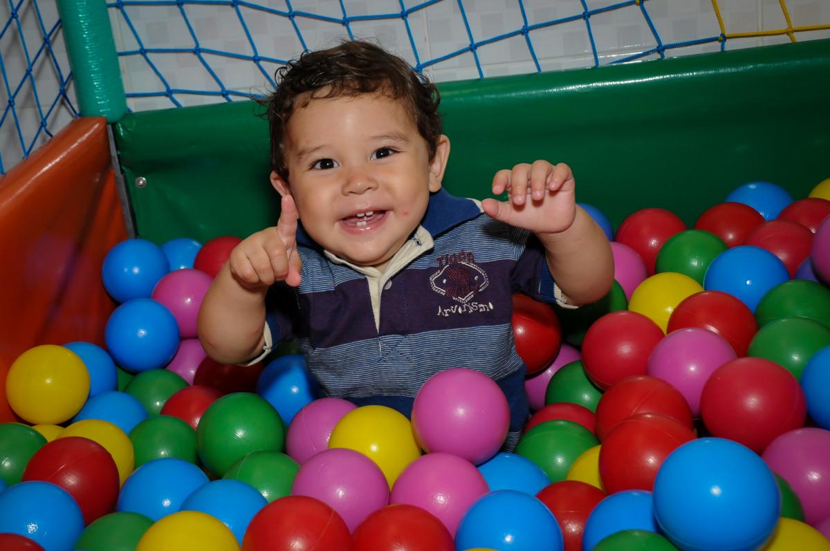 O aniversariante curte a piscina de bolinha na Festa Infantil, no condominio Osaco, SP, tema Galinha Pintadinha, Pietro 1 aninho