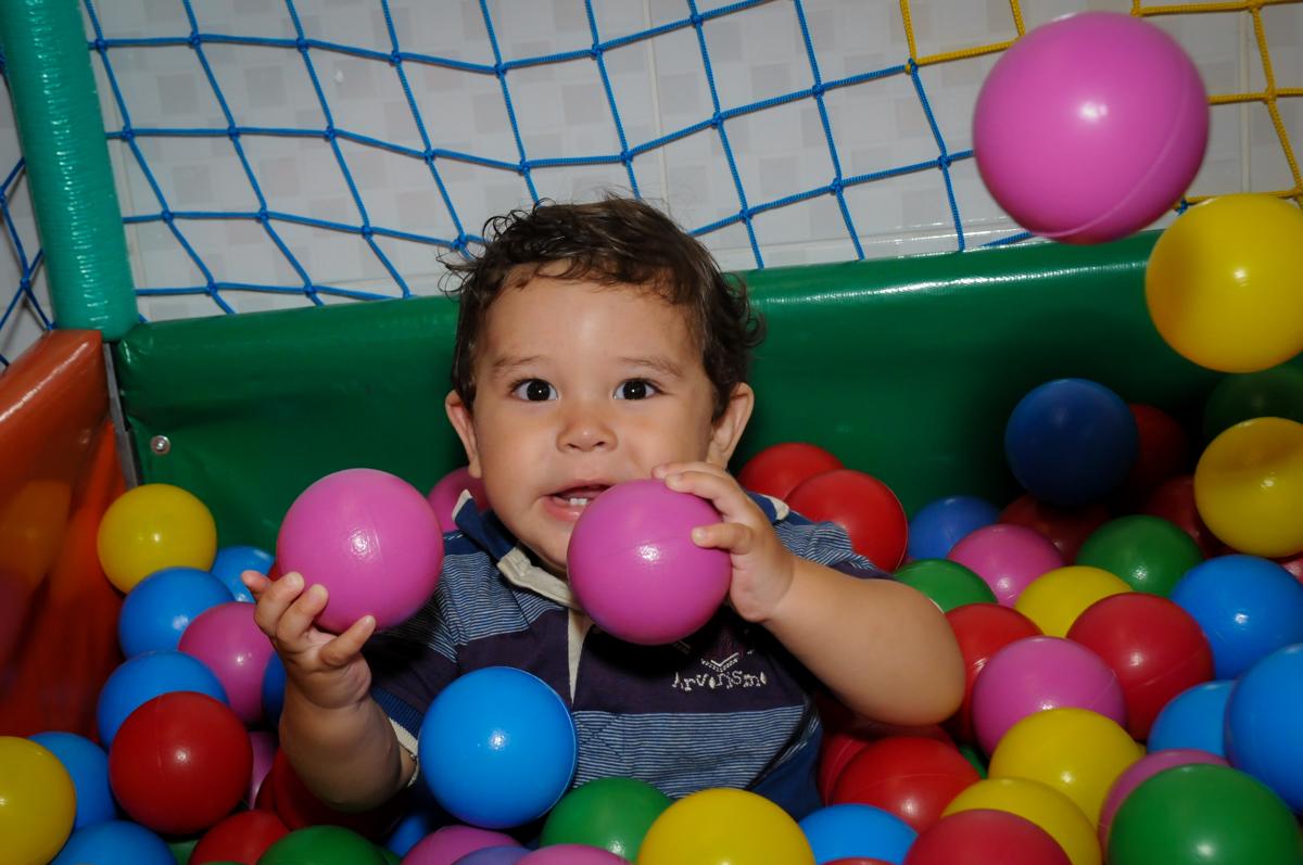 muita bagunca na piscina de bolinha na Festa Infantil, no condominio Osaco, SP, tema Galinha Pintadinha, Pietro 1 aninho