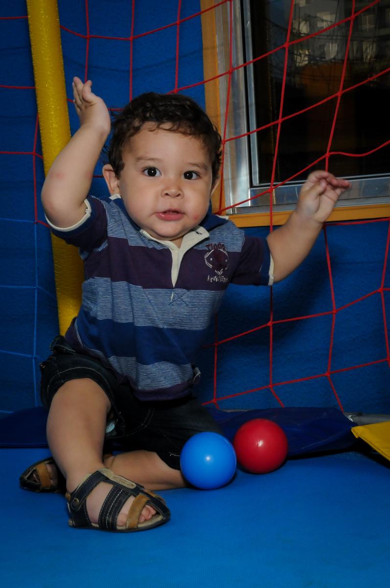 com bolinhas o aniversariante brinca na cama elastica na Festa Infantil, no condominio Osaco, SP, tema Galinha Pintadinha, Pietro 1 aninho