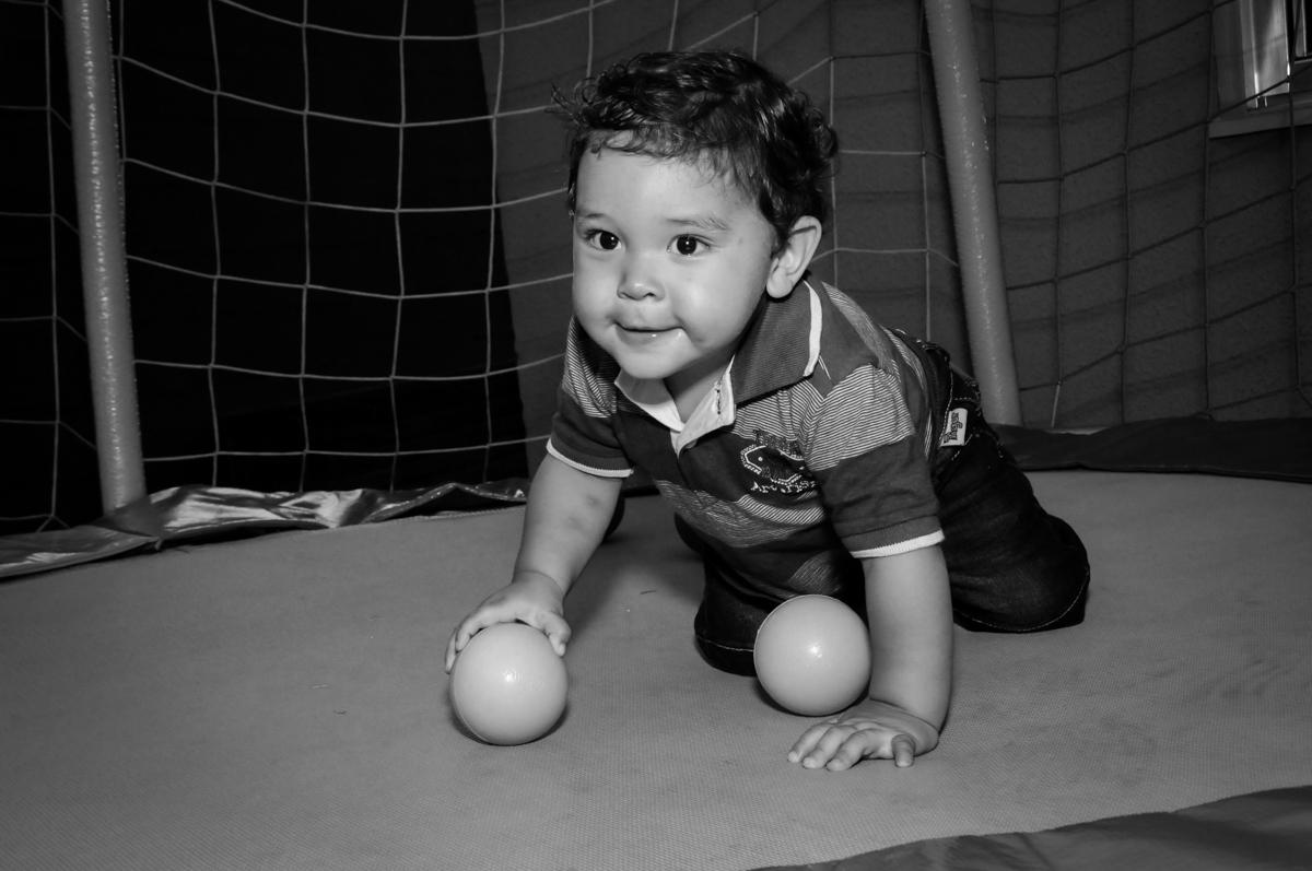 Pietro engatinha na cama elastica na Festa Infantil, no condominio Osaco, SP, tema Galinha Pintadinha, Pietro 1 aninho