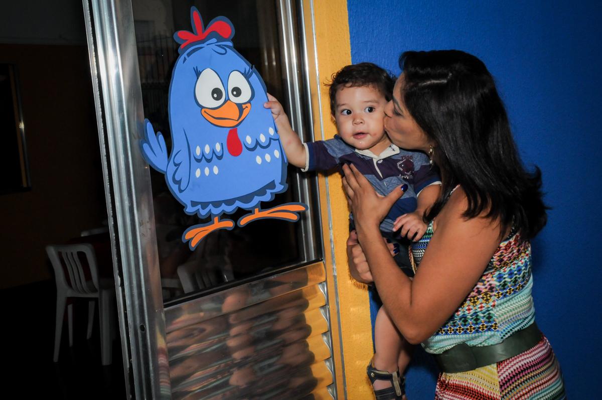 o aniversariante esta encantado com a galinha pintadinha na Festa Infantil, no condominio Osaco, SP, tema Galinha Pintadinha, Pietro 1 aninho