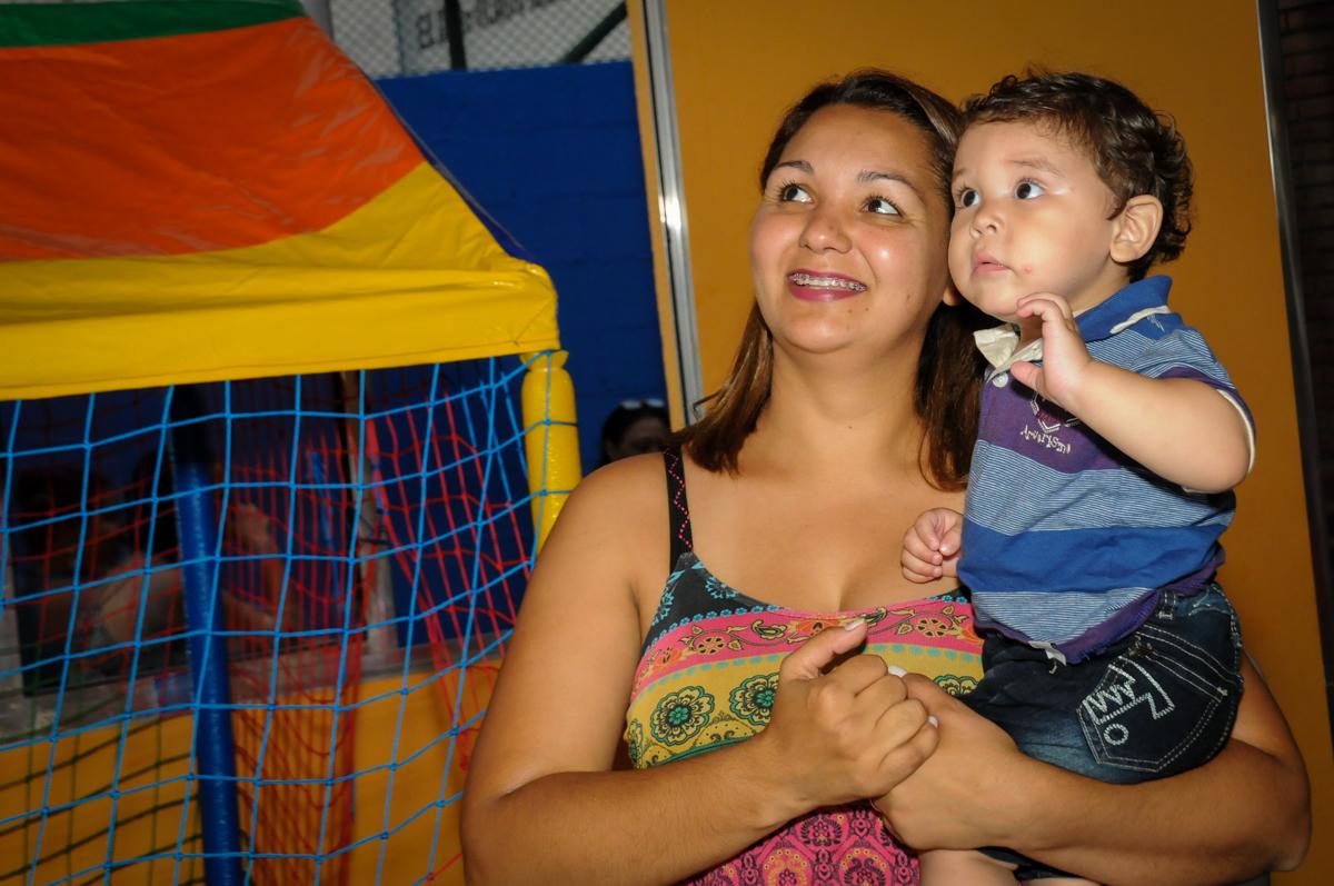 no colo da convidada o aniversariante esta feliz na Festa Infantil, no condominio Osaco, SP, tema Galinha Pintadinha, Pietro 1 aninho
