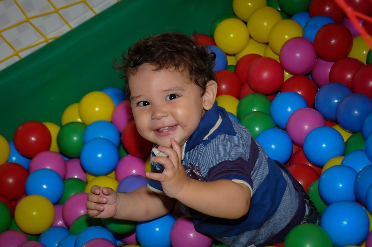 mais brincadeiras na piscina de bolinha na Festa Infantil, no condominio Osaco, SP, tema Galinha Pintadinha, Pietro 1 aninho