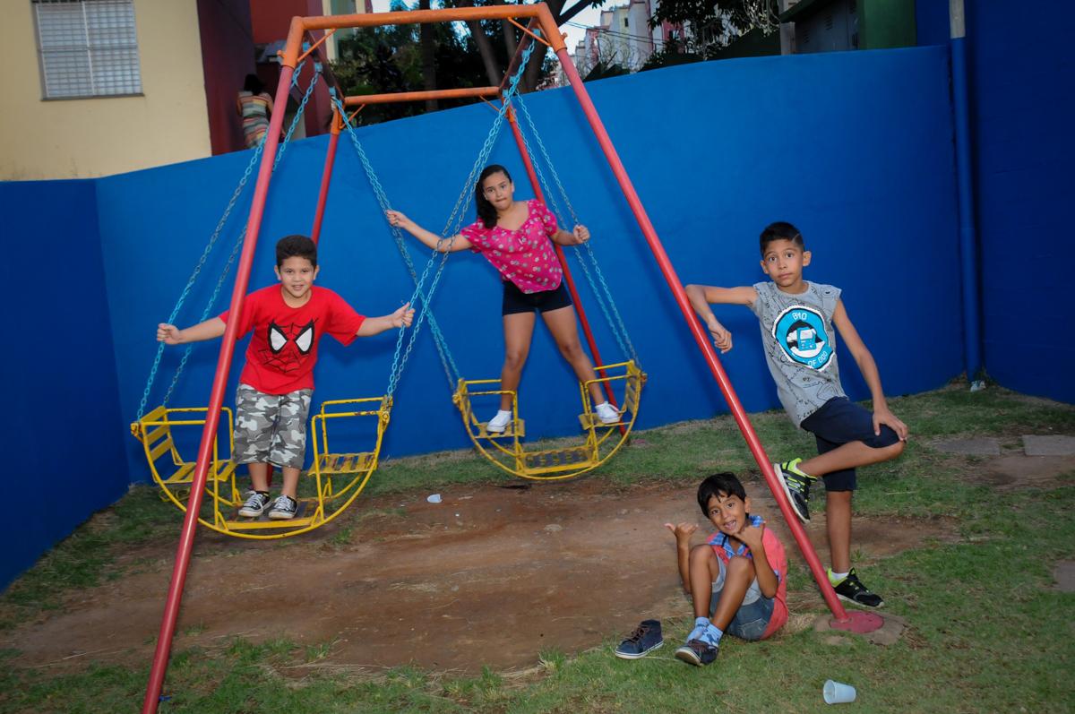 agora a bagunca e no play ground na Festa Infantil, no condominio Osaco, SP, tema Galinha Pintadinha, Pietro 1 aninho