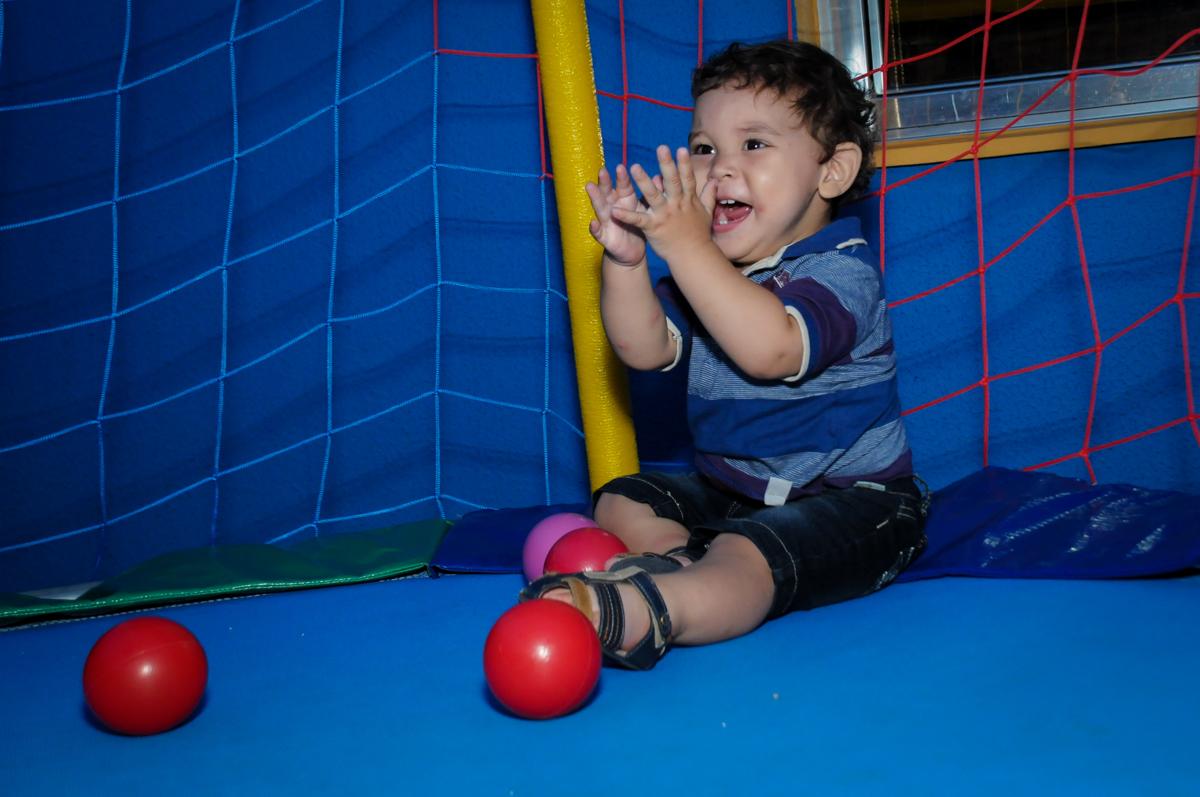 muita alegria e palminhas na cama elastica na Festa Infantil, no condominio Osaco, SP, tema Galinha Pintadinha, Pietro 1 aninho