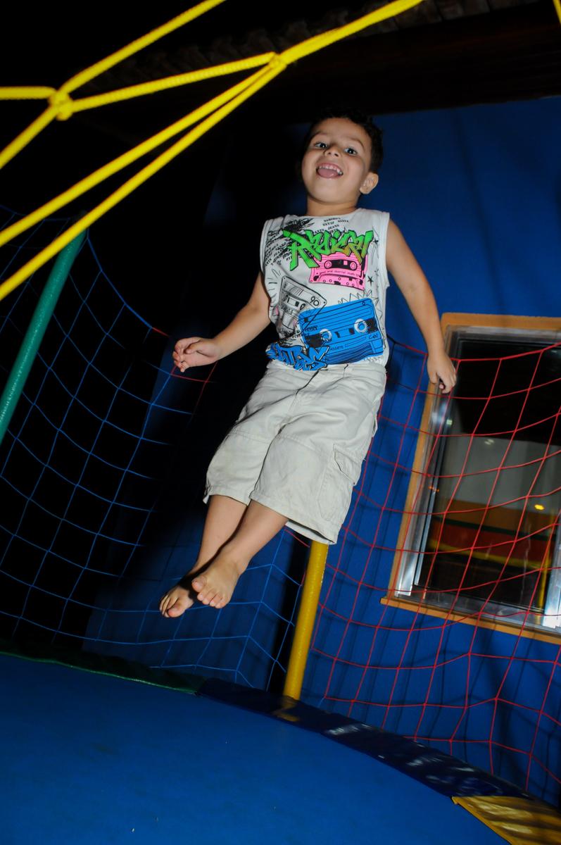 o amiguinho se diverte na cama elastica na Festa Infantil, no condominio Osaco, SP, tema Galinha Pintadinha, Pietro 1 aninho