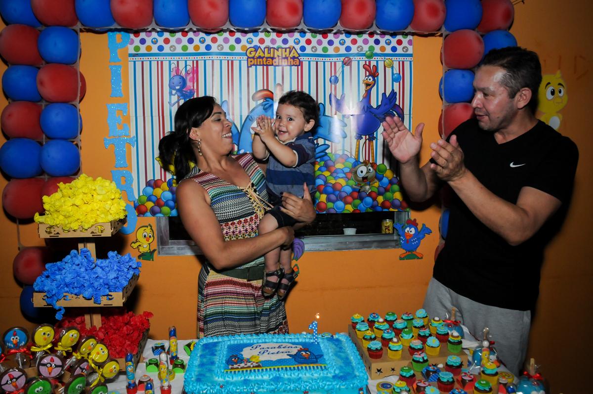 hora de cantar parabens na Festa Infantil, no condominio Osaco, SP, tema Galinha Pintadinha, Pietro 1 aninho