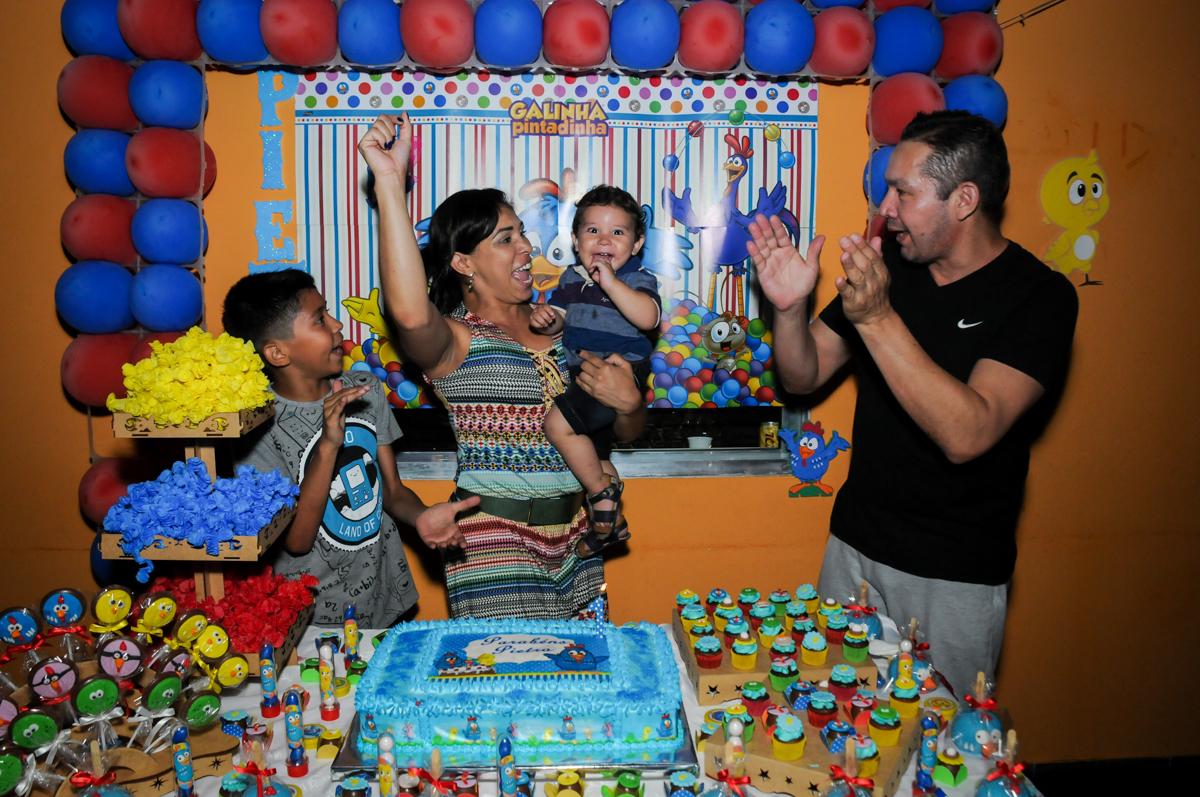 parabens animado na Festa Infantil, no condominio Osaco, SP, tema Galinha Pintadinha, Pietro 1 aninho
