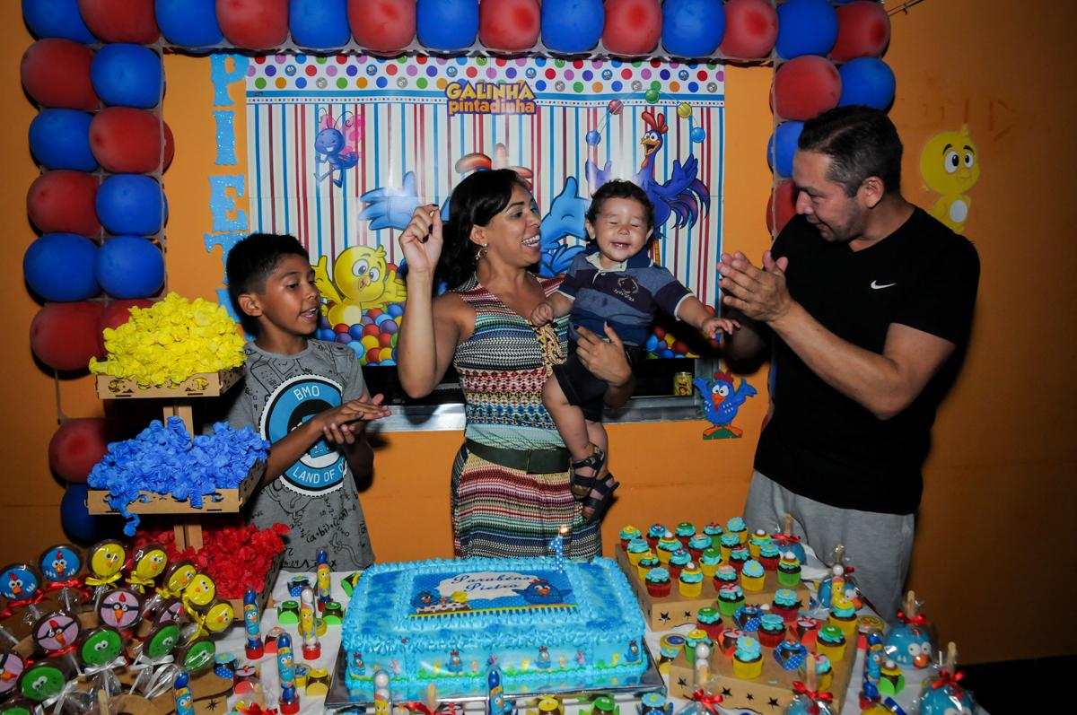 muita alegria no parabens na Festa Infantil, no condominio Osaco, SP, tema Galinha Pintadinha, Pietro 1 aninho