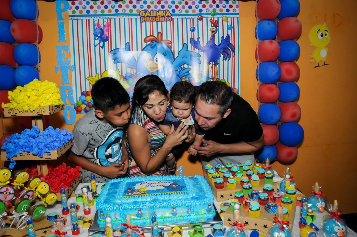 soprando a velinha do bolo na Festa Infantil, no condominio Osaco, SP, tema Galinha Pintadinha, Pietro 1 aninho