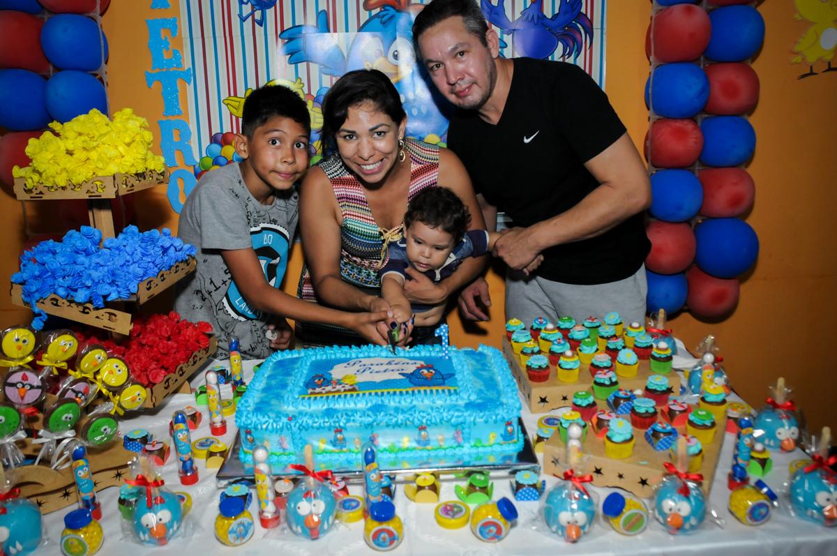 cortando o primeiro pedaco de bolo na Festa Infantil, no condominio Osaco, SP, tema Galinha Pintadinha, Pietro 1 aninho