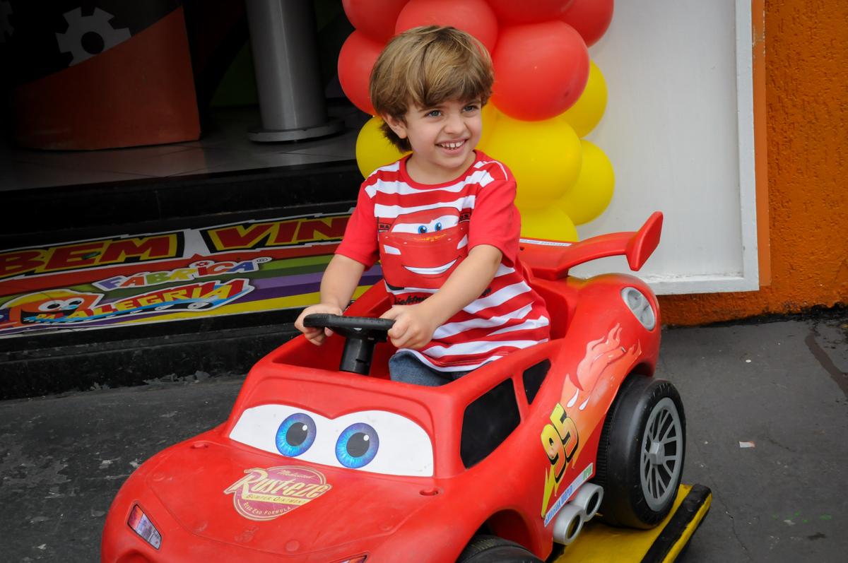 foto do aniversariante na fachada do Buffet Fábrica da Alegria, Morumbi, SP. festa infantil, Samuel 4 anos, tema Carros