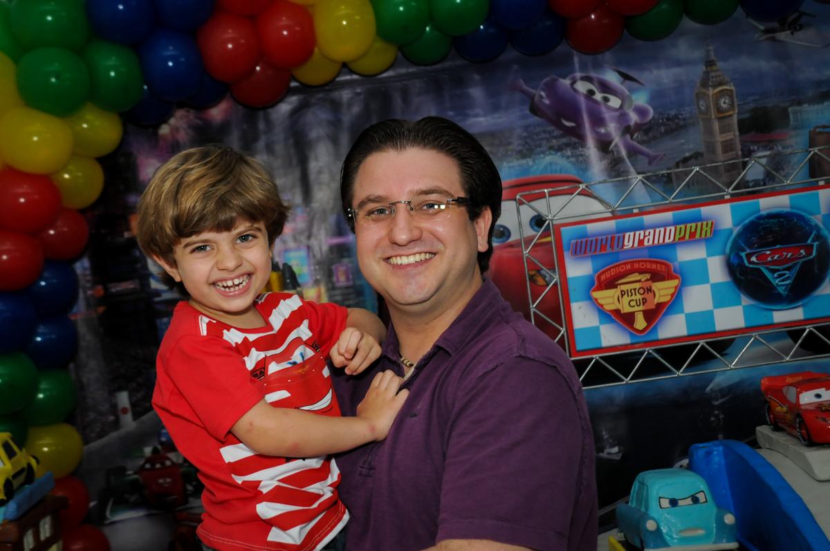 foto do pai com o aniversariante no Buffet Fábrica da Alegria, Morumbi, SP. festa infantil, Samuel 4 anos, tema Carros