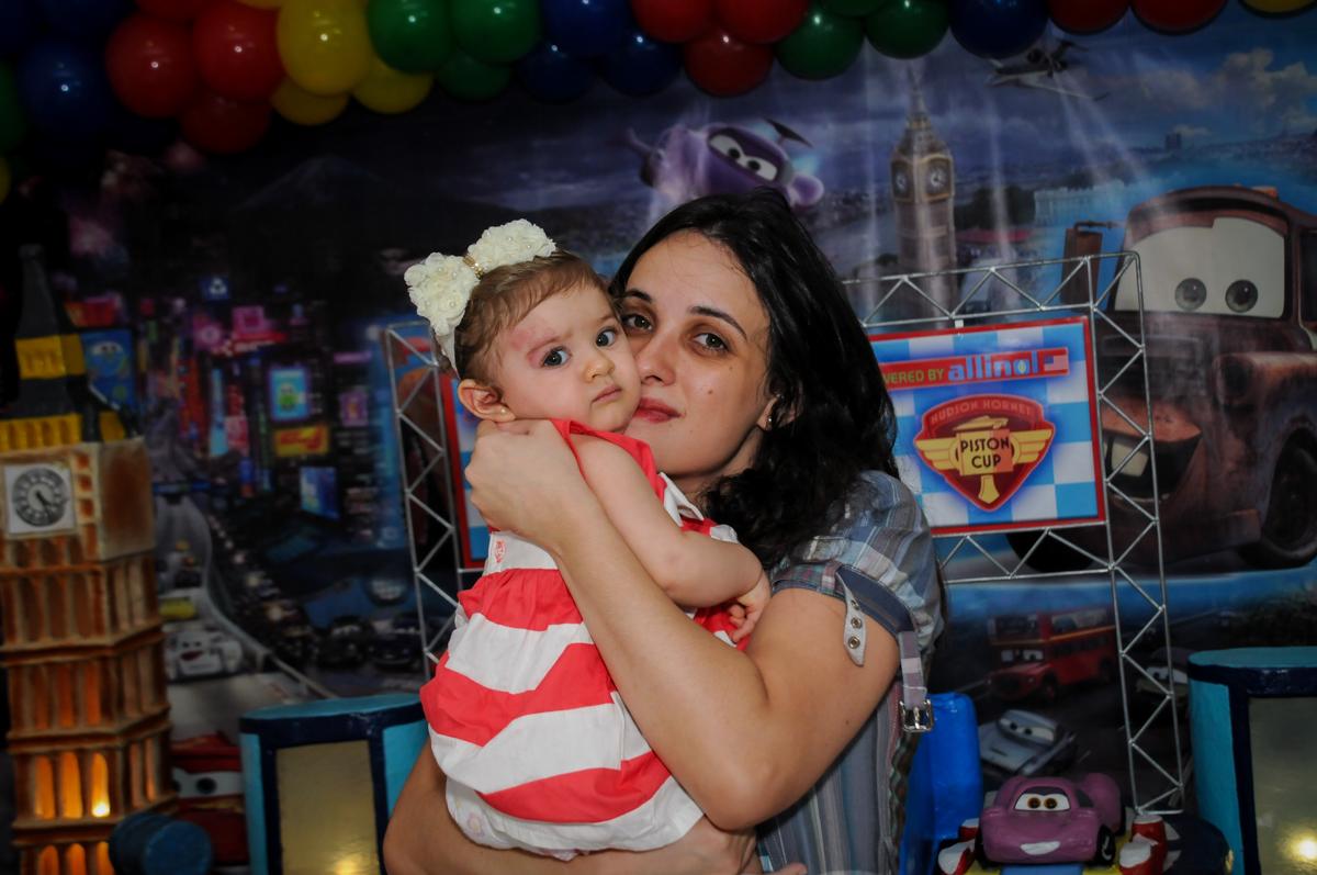 irmãzinha do aniversariante com a mamãe no Buffet Fábrica da Alegria, Morumbi, SP. festa infantil, Samuel 4 anos, tema Carros
