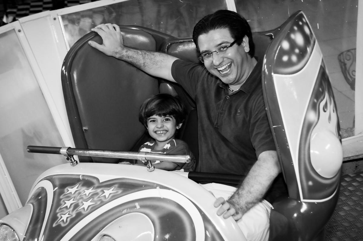 brincadeiras no brinquedo jornada nas estrelas no Buffet Fábrica da Alegria, Morumbi, SP. festa infantil, Samuel 4 anos, tema Carros