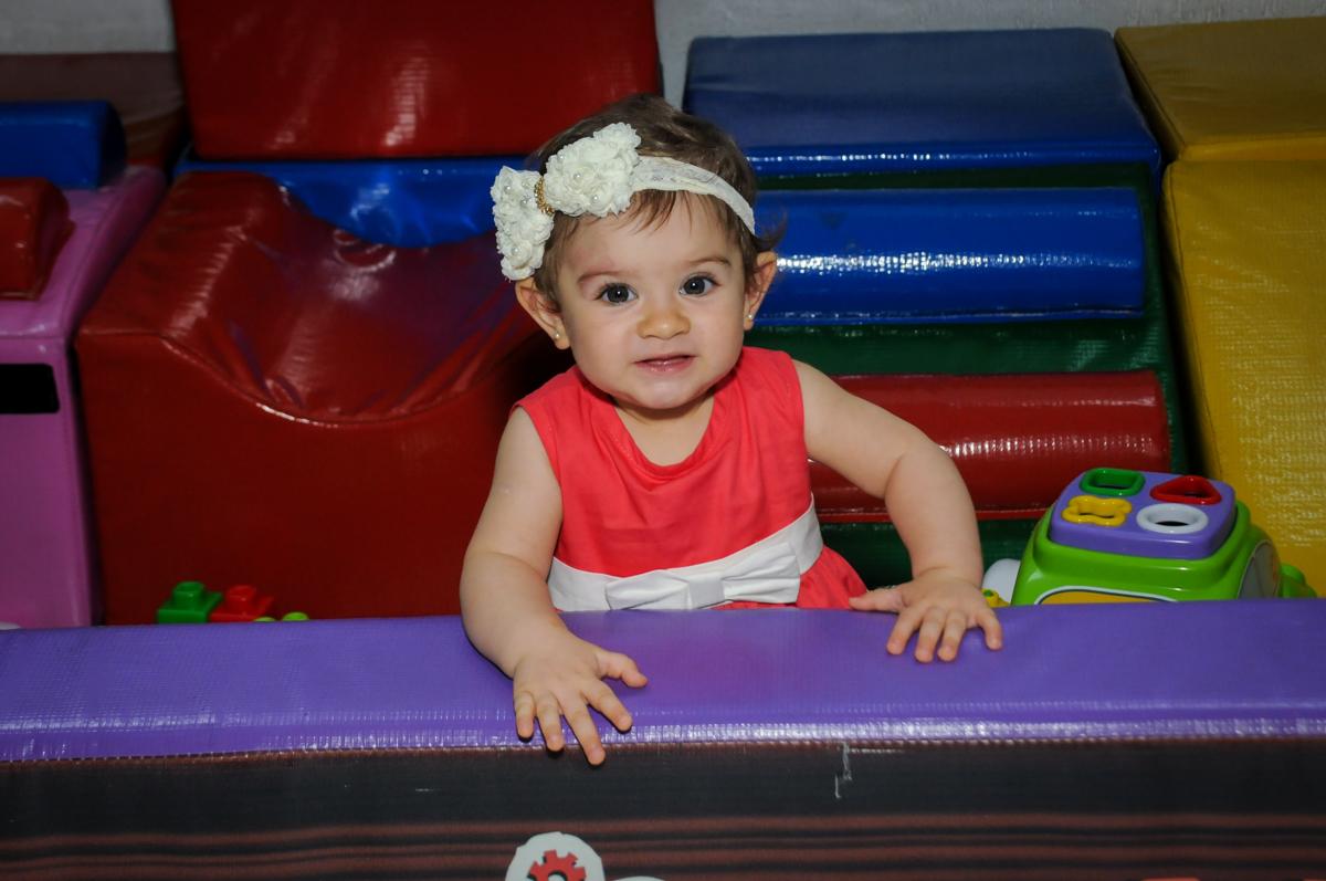 irmãzinha na área baby no Buffet Fábrica da Alegria, Morumbi, SP. festa infantil, Samuel 4 anos, tema Carros