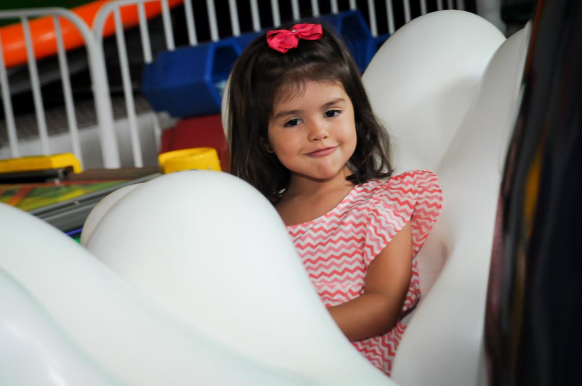 muito bom brincar no carrossel no Buffet Fábrica da Alegria, Morumbi, SP. festa infantil, Samuel 4 anos, tema Carros