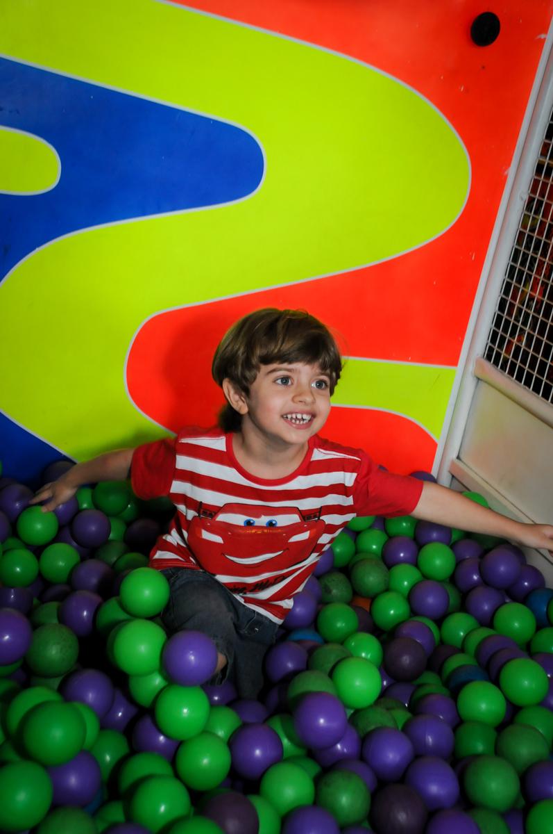 aniversariante curte na piscina de bolinha no Buffet Fábrica da Alegria, Morumbi, SP. festa infantil, Samuel 4 anos, tema Carros