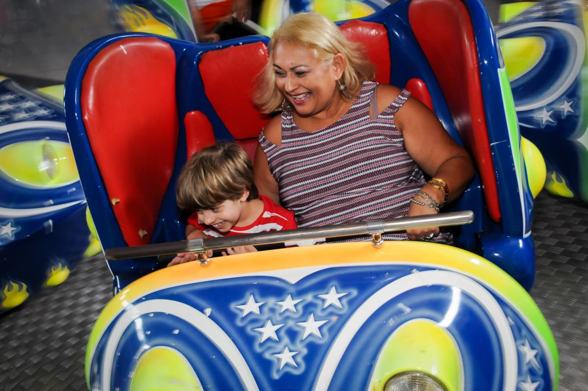 bagunça co a tia no brinquedo jornada nas estrelas no Buffet Fábrica da Alegria, Morumbi, SP. festa infantil, Samuel 4 anos, tema Carros