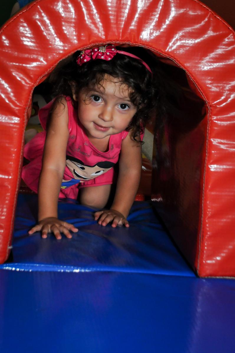 mais um brincando no túnel na área baby no Buffet Fábrica da Alegria, Morumbi, SP. festa infantil, Samuel 4 anos, tema Carros