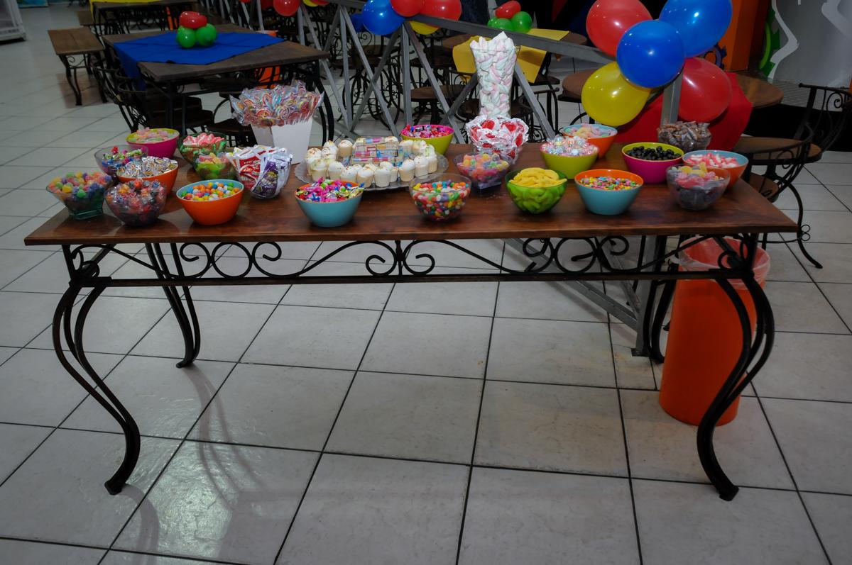 mesa de guloseimas no Buffet Fábrica da Alegria, festa infantil, tema da mesa branca de neve aniversarinte Kaylane 3 aninhos