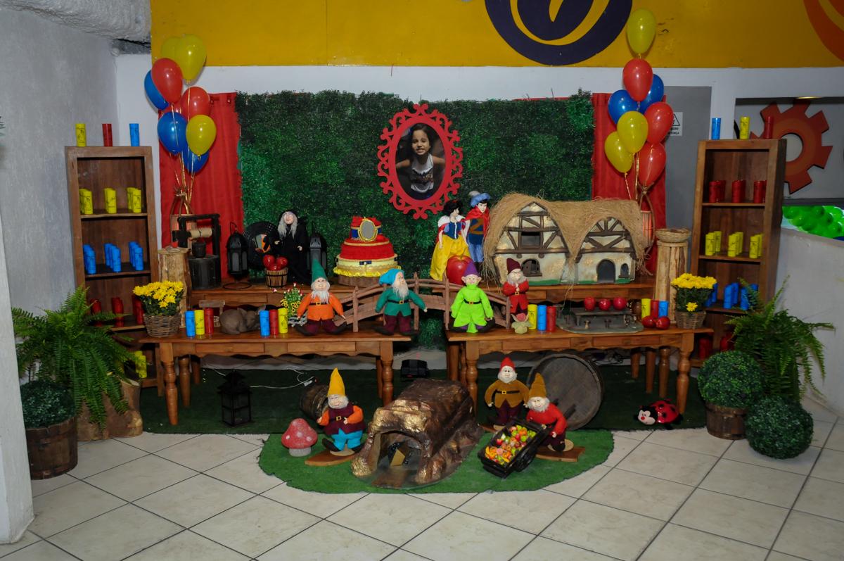 mesa decorada no Buffet Fábrica da Alegria, festa infantil, tema da mesa branca de neve aniversarinte Kaylane 3 aninhos