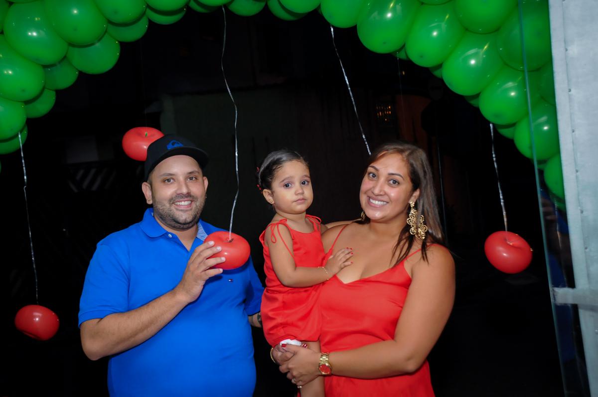 foto da família em baixo do arco de bexigas no Buffet Fábrica da Alegria, festa infantil, tema da mesa branca de neve aniversarinte Kaylane 3 aninhos
