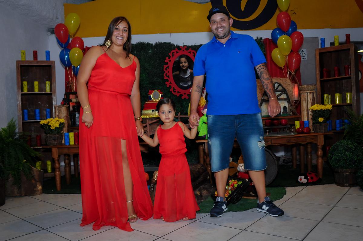 entrada da família no Buffet Fábrica da Alegria, festa infantil, tema da mesa branca de neve aniversarinte Kaylane 3 aninhos