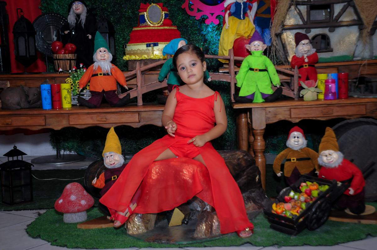 aniversariante posa para as fotos em frente a mesa decorada no Buffet Fábrica da Alegria, festa infantil, tema da mesa branca de neve aniversarinte Kaylane 3 aninhos