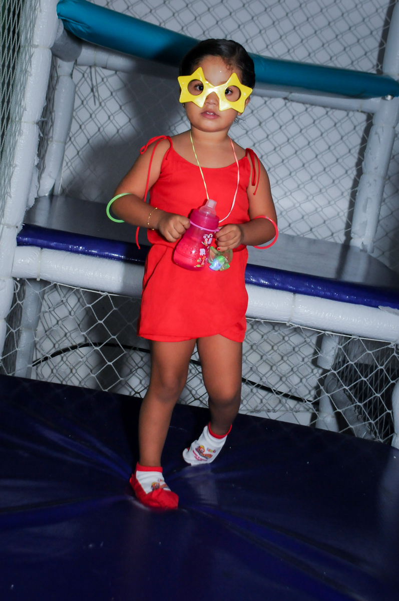 A aniversariante brinca no brinquedão no Buffet Fábrica da Alegria, festa infantil, tema da mesa branca de neve aniversarinte Kaylane 3 aninhos