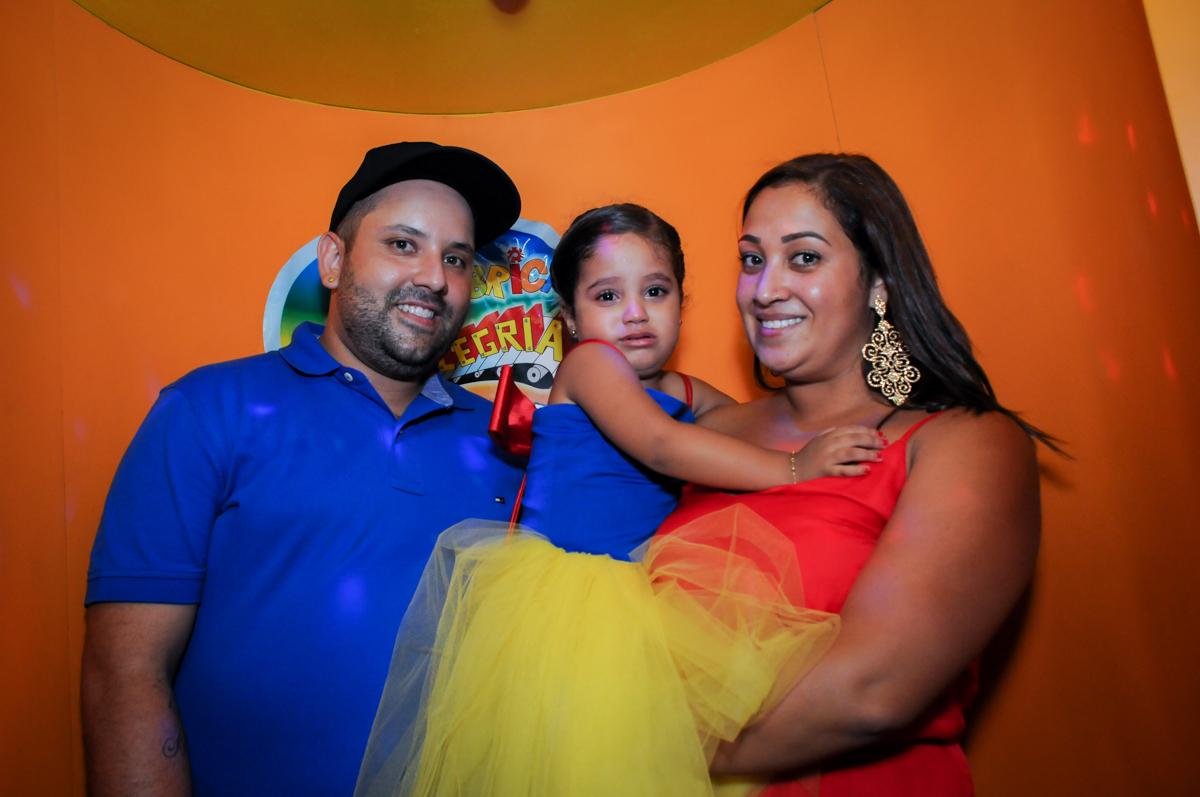 hora da família sair da máquina do parabéns no Buffet Fábrica da Alegria, festa infantil, tema da mesa branca de neve aniversarinte Kaylane 3 aninhos