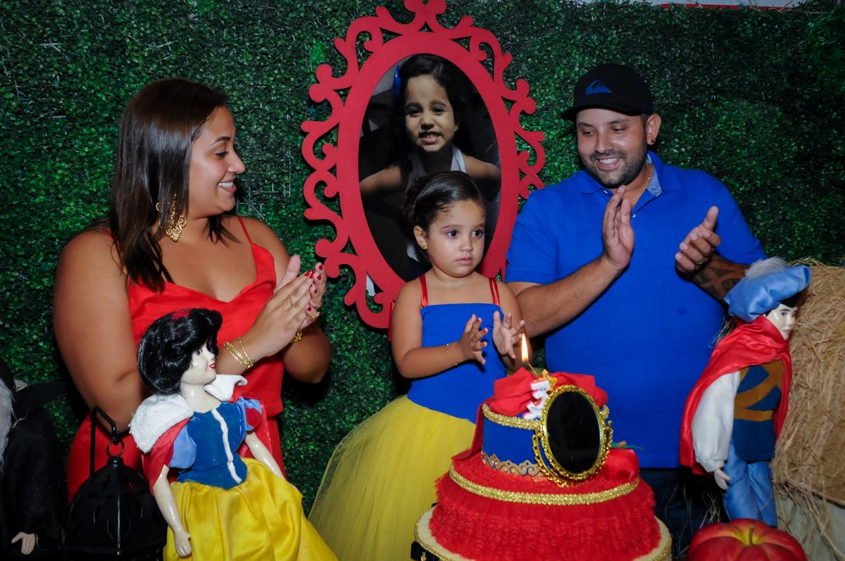 cantando parabéns no Buffet Fábrica da Alegria, festa infantil, tema da mesa branca de neve aniversarinte Kaylane 3 aninhos