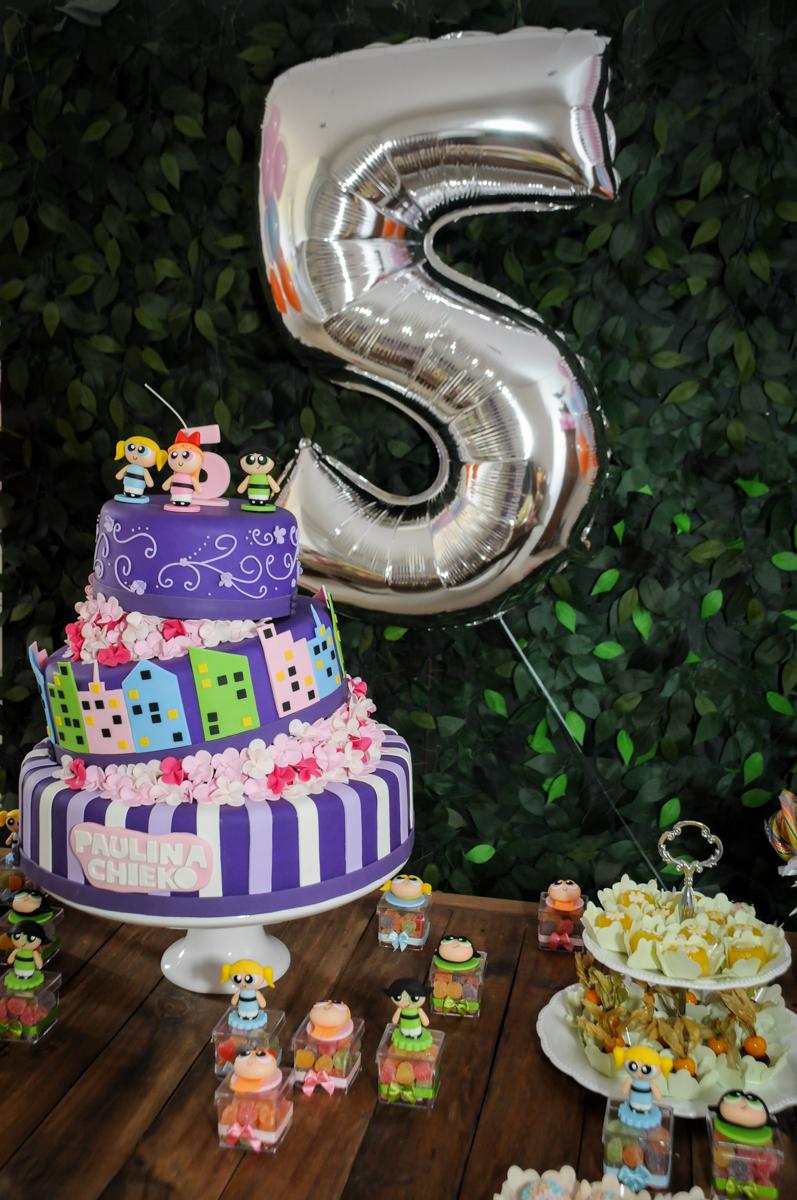 bolo decorado da Festa infantil Paulina Chieko 5 anos, condomínio Saúde, São Paulo, SP, tema da festa meninas super poderosas