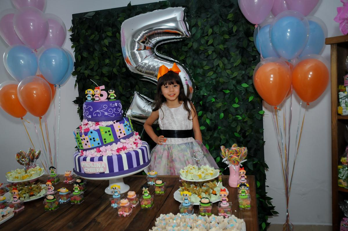 posando para foto na Festa infantil Paulina Chieko 5 anos, condomínio Saúde, São Paulo, SP, tema da festa meninas super poderosas