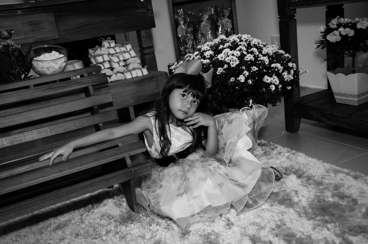 aniversariante posa como modelo na Festa infantil Paulina Chieko 5 anos, condomínio Saúde, São Paulo, SP, tema da festa meninas super poderosas
