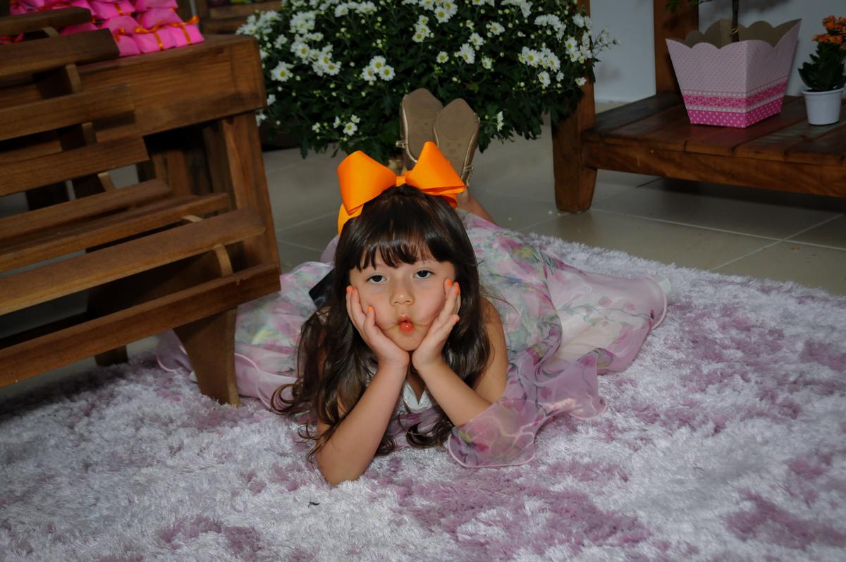 foto deitada na Festa infantil Paulina Chieko 5 anos, condomínio Saúde, São Paulo, SP, tema da festa meninas super poderosas