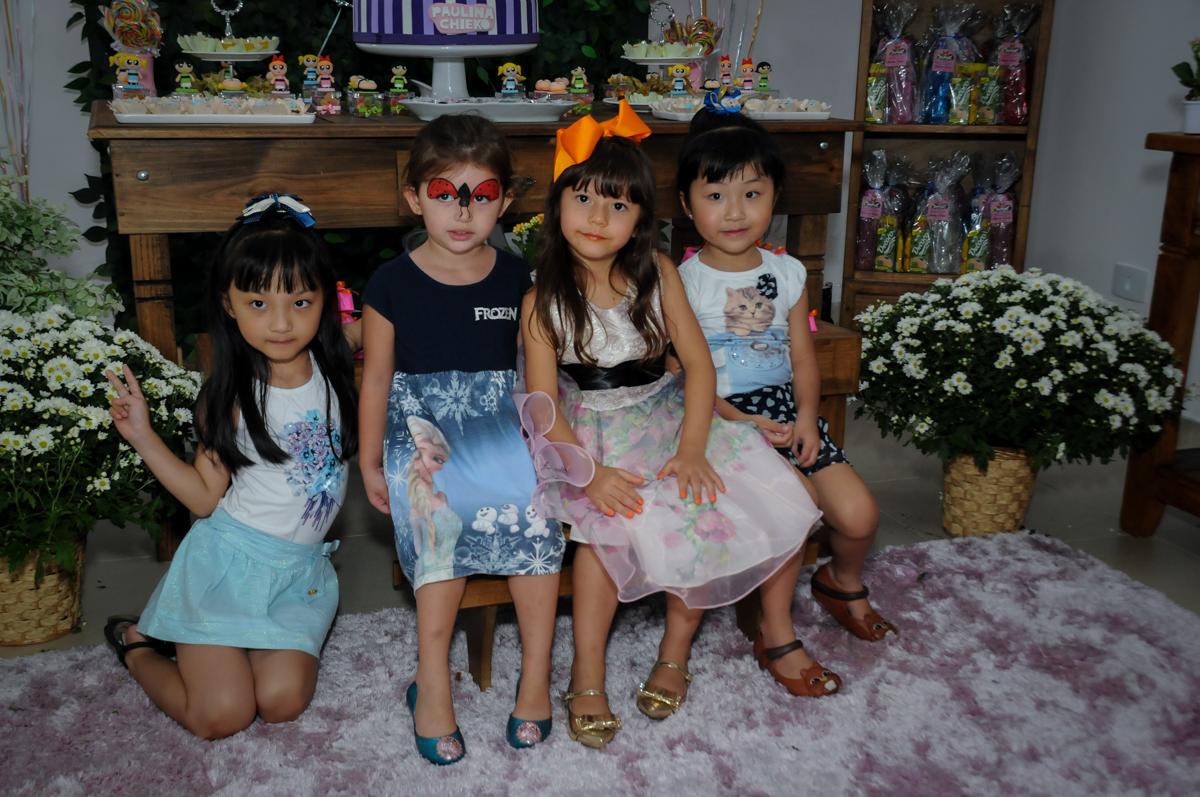 amiguinhas chegaram para a festa na Festa infantil Paulina Chieko 5 anos, condomínio Saúde, São Paulo, SP, tema da festa meninas super poderosas