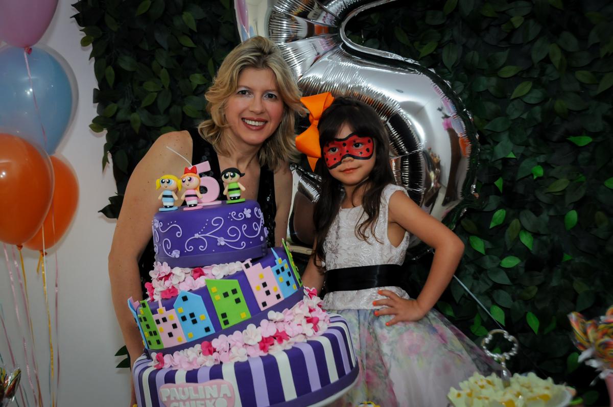 foto da aniversariante e sua mãe na Festa infantil Paulina Chieko 5 anos, condomínio Saúde, São Paulo, SP, tema da festa meninas super poderosas