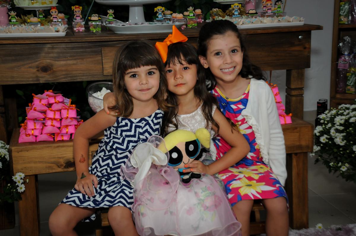 chegou mais amiguinhas para brincar na Festa infantil Paulina Chieko 5 anos, condomínio Saúde, São Paulo, SP, tema da festa meninas super poderosas