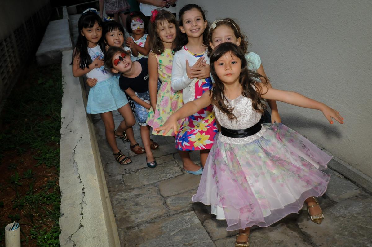 chegaram as amigas hora de brincar na Festa infantil Paulina Chieko 5 anos, condomínio Saúde, São Paulo, SP, tema da festa meninas super poderosas