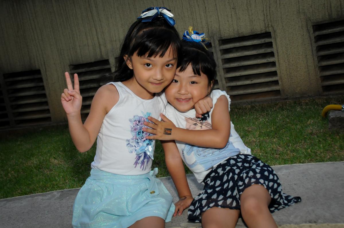 amiguinhas posam para foto na Festa infantil Paulina Chieko 5 anos, condomínio Saúde, São Paulo, SP, tema da festa meninas super poderosas