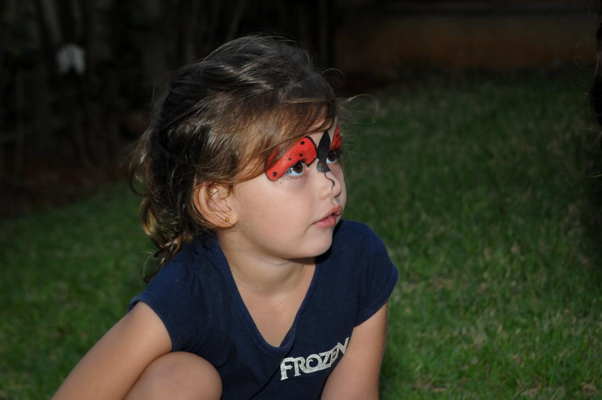 amiguinha atenta nas brincadeiras dos animador de festa na Festa infantil Paulina Chieko 5 anos, condomínio Saúde, São Paulo, SP, tema da festa meninas super poderosas